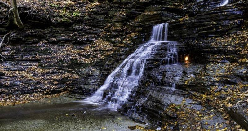 La cascada de la llama eterna en Nueva York, un misterio bajo el agua